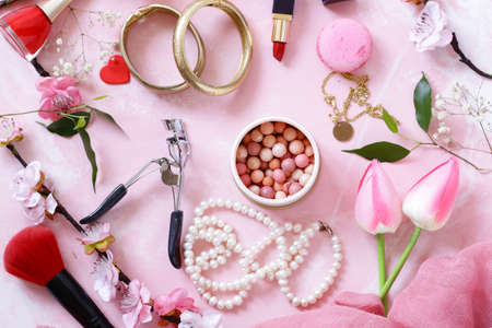 pink background with cosmetics and jewelry for women Banque d'images - 118565453