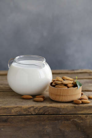 almond milk on a wooden table Banque d'images - 118565682