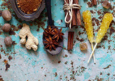 set of spices on iron old background Banque d'images - 118565684