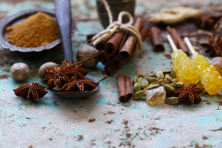 set of spices on iron old background Banque d'images - 118565686