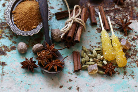 set of spices on iron old background Banque d'images - 118565688
