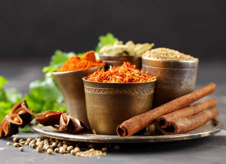 set of spices saffron, cardamom and paprika in a metal bowl Banque d'images - 118565691