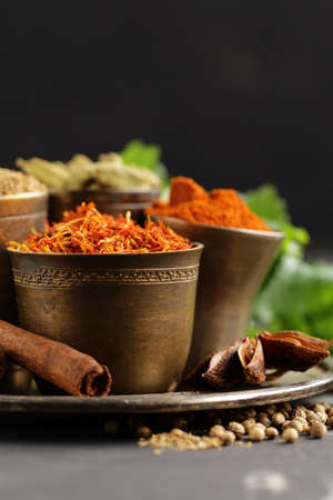 set of spices saffron, cardamom and paprika in a metal bowl Banque d'images - 118565692