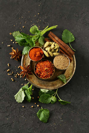 set of spices saffron, cardamom and paprika in a metal bowl Banque d'images - 118565694