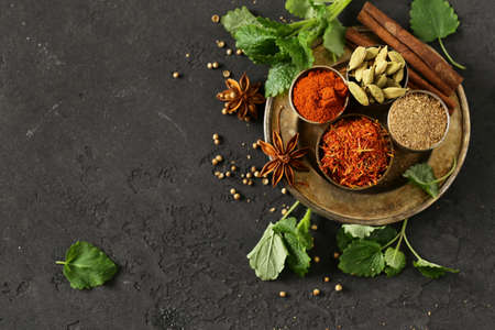 set of spices saffron, cardamom and paprika in a metal bowl Banque d'images - 118565696