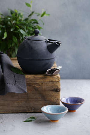 cast iron kettle on wooden table for tea ceremony Banque d'images - 118565699