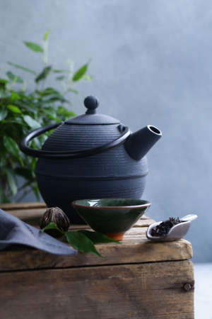 cast iron kettle on wooden table for tea ceremony Banque d'images - 118565701