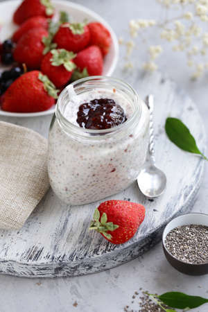 chia pudding with berries for a healthy diet Banque d'images - 118565707