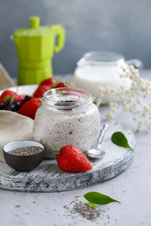 chia pudding with berries for a healthy diet Banque d'images - 118565996