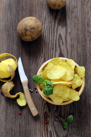 natural potato chips on a wooden table Banque d'images - 118566006