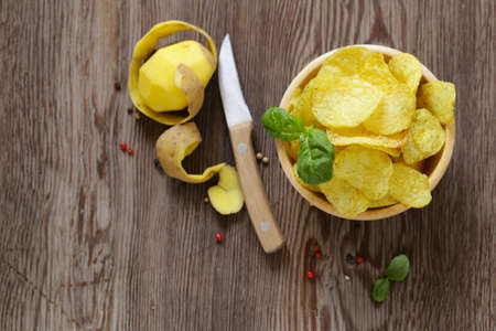 natural potato chips on a wooden table Banque d'images - 118566007