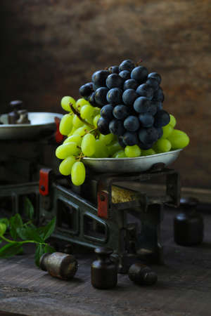 organic ripe grapes on scales, rustic style Banque d'images - 122624748