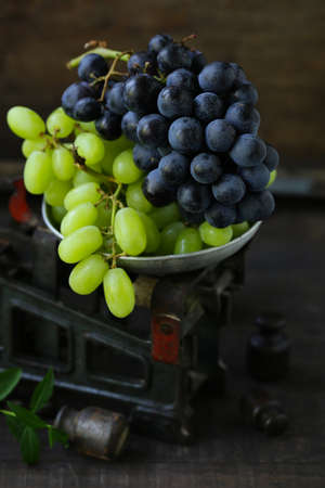 organic ripe grapes on scales, rustic style Banque d'images - 122624750