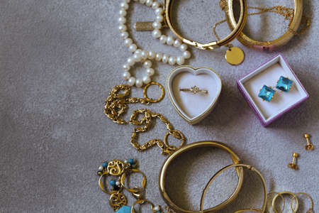gold jewelery - chains, rings and bracelets 版權商用圖片