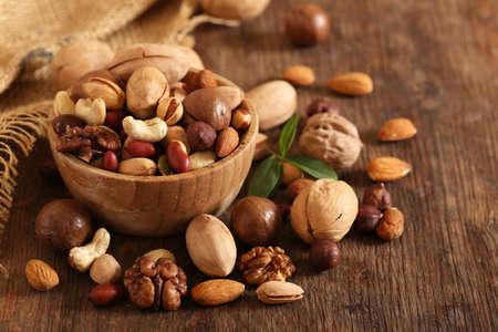 Nueces de mezcla orgánica en una mesa de madera