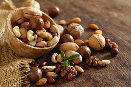 Bio-Mix Nüsse auf einem Holztisch Standard-Bild
