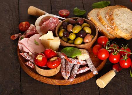 Italienisches Essen, Prosciutto, Oliven, Käse und Tomaten