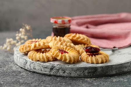 Buttermarmelade-Kekse auf dem Tisch Standard-Bild