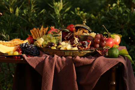 festive autumn table setting with fruits and cheese Zdjęcie Seryjne