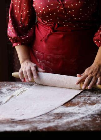 female hands with dough make homemade pasta Stockfoto