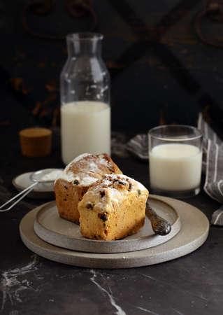 fruit cake with raisins and powdered sugar Standard-Bild