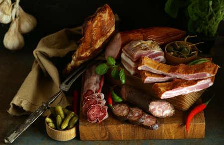 geräucherte Fleischwurst mit Gewürzen und Pfeffer Standard-Bild