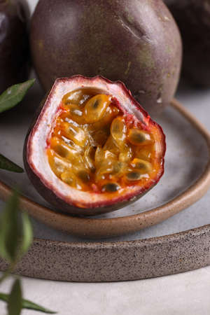 tropical fruit passionflower on a plate Banque d'images