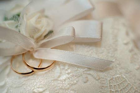 Wedding wedding rings, close-up Standard-Bild - 129351522