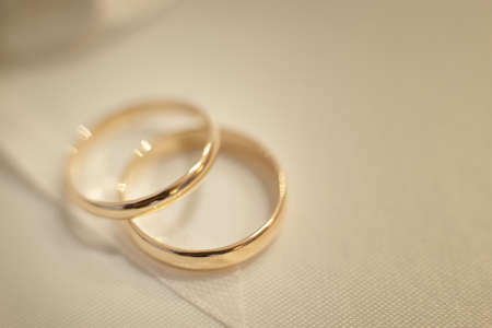 Wedding wedding rings, close-up Standard-Bild - 129351520