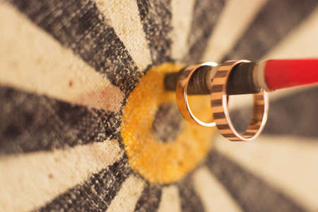 Wedding rings, close-up Standard-Bild - 129351519