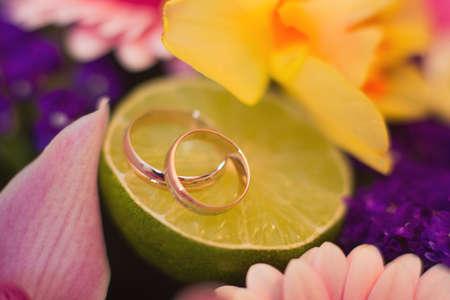 Wedding wedding rings, close-up Standard-Bild - 129352491
