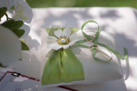 Wedding wedding rings, close-up Standard-Bild - 129352402