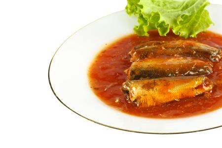 sardinas: Las sardinas en salsa de tomate en un plato.