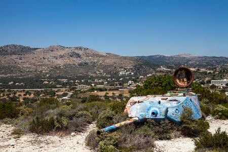 Destruye el tanque en la colina. La parte superior vieja del tanque permanece después de la guerra en Grecia. Editorial