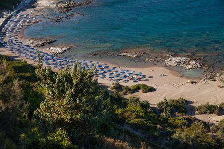 Beroemd naaktstrand in Faliraki. Bovenaanzicht van het strand in Rhodos. Populair strand op het eiland. Redactioneel