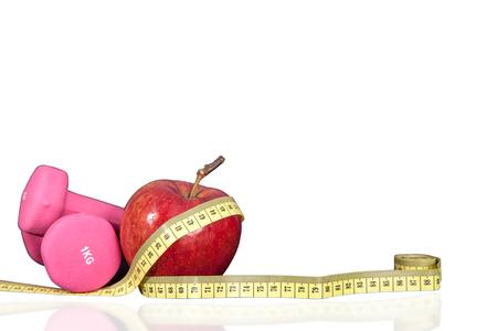 Cóctel con frutas y frutas en una coctelera. Pequeñas pesas para ejercicio y medidor. Composición fitness bebida y fruta sobre un fondo blanco.