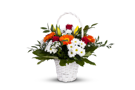 White basket with flowers. A bunch of colorful flowers for a birthday party. Woven basket, roses and tulips. Standard-Bild