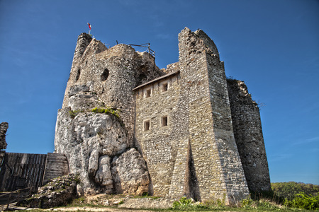 Ruins of the castle in Mirow next to castel in Bobolice. Castle in the village of Mirow in Poland, Jura Krakowsko-Czestochowska. Castle in eagle nests style. Built during the reign of Kazimierz Wielki. Imagens