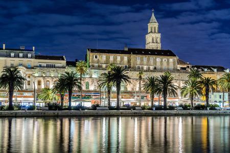 夜、クロアチアのスプリットの街の遊歩道。プロムナードとスプリットの街のファサードは観光で有名です。写真には、ディオクレティアヌス宮殿
