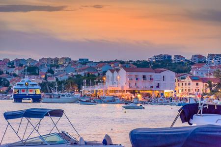 Centro de la ciudad de la ciudad Novalja en la puesta del sol, isla de Pag, Croacia. Foto de archivo - 62354597