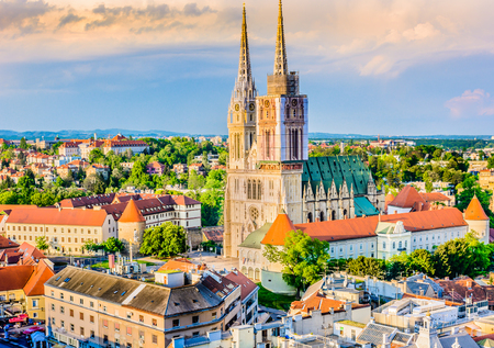Mening bij kathedraal en cityscape in Zagreb, hoofdstad van Kroatië. Stockfoto