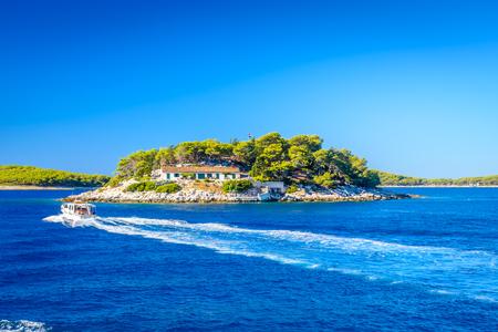 アドリア海、クロアチア ヨーロッパのフヴァルの町の前の小さな島です。 写真素材