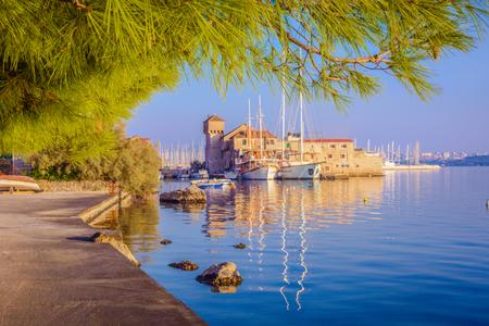 カシュテラ スプリット市内の郊外の小さな町の風光明媚なビューで、クロアチア旅行場所します。