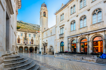 srd: Scenic view at old town Dubrovnik in Croatia, Europe.