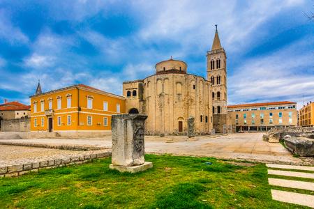 劇的な空ローマのフォーラム上の有名な歴史的な場所、ザダル、クロアチア、ダルマチア地方です。
