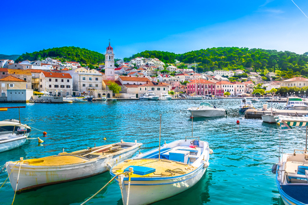 Opinión del verano de la orilla del mar en la ciudad de Pucisca en la isla Brac, Croacia. Foto de archivo - 82999712