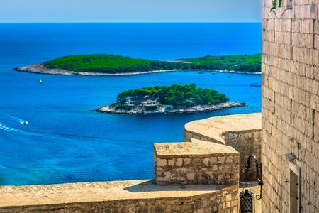 フヴァル シースケープ、クロアチアで歴史的な砦から空撮。