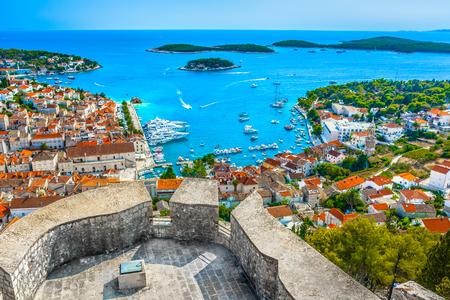 Vista aérea del paisaje sobre la ciudad de Hvar en Croacia, Europa mediterránea.