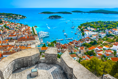 Luchtfoto uitzicht over Hvar stad in Kroatië, Europa Middellandse Zee.