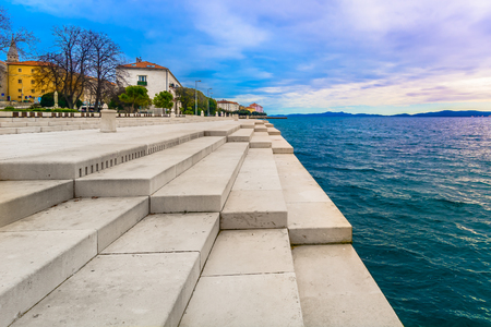 Visión escénica en la ciudad costera Zadar y señal famosa en el paseo marítimo de la ciudad, órgano del mar, Croacia Europa.